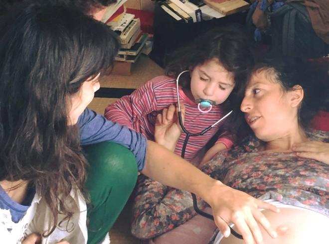 קליניקה קהילתית ילדה עוצמת עיניים להקשיב